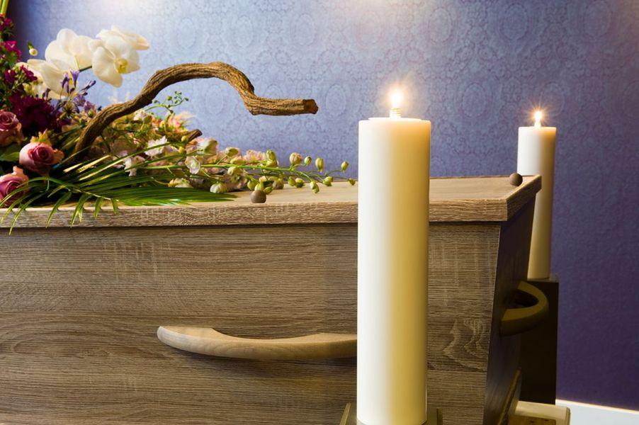 Geschmückter Sarg mit Kerzen